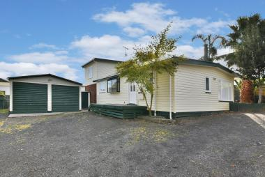 5 Bedroom Family Home Heart of Clarks Beach