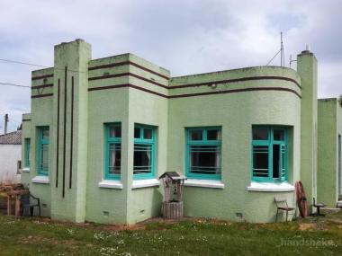 Art Deco Delight With Big Double Garage!